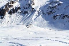 Hutte alpine Potsdamer Hutte et panorama de montagne avec la neige en hiver dans des Alpes de Stubai Photographie stock libre de droits