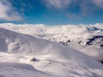 Hutte alpine profondément dans la neige - 3 Image stock