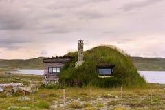 Hutte antique avec un toit de prise de masse Image stock