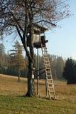 Hutte au milieu des arbres employés par des chasseurs photo stock
