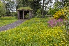 Hutte aux granges de Kilnford avec des Wildflowers Images stock