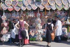 Hutte avec des coeurs de pain d'épice chez Octoberfest Photo stock