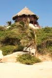 Hutte avec des hamacs sur une plage des Caraïbes. La Colombie Photographie stock libre de droits