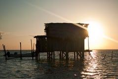 Hutte côtière de pêche au lever de soleil. Image libre de droits