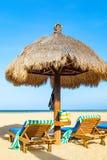 Hutte d'ombre de plage avec des chaises longues Photo stock