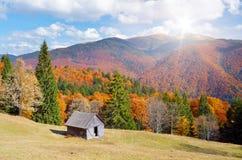 Hutte dans une forêt Autumn Landscape de montagne Photographie stock