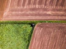 Hutte de chasseurs à côté des champs d'une vue aérienne images libres de droits