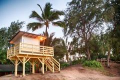 Hutte de garde-côte sur la plage sablonneuse sur Hawaï images libres de droits