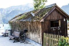 Hutte de l'Autriche sur le pilier et les montagnes images libres de droits