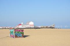 Hutte de location de chaise longue sur la plage à Great Yarmouth avec le pilier de plaisir à l'arrière-plan Photos libres de droits