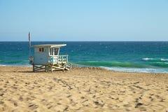 Hutte de maître nageur sur la plage de Malibu images libres de droits