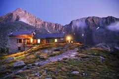 Hutte de montagne après coucher du soleil Image libre de droits