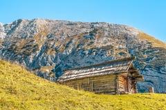 Hutte de montagne avec la montagne Tosc derrière photo stock