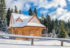 Hutte de montagne avec les fenêtres fermées en hiver Images stock
