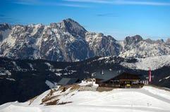 Hutte de montagne dans les alpes avec l'hiver d'arête de neige Image stock