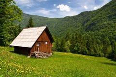 Hutte de montagne en été Photos libres de droits