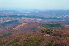 Hutte de montagne sur la colline dans les bois Beau Mountain View du chemin de Beklemeto à Kozya Stena, Troyan Balkan, images stock
