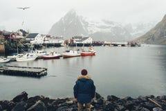 Hutte de pêche au coucher du soleil de ressort - Reine, îles de Lofoten, Norvège image libre de droits