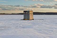 Hutte de pêche sur un lac congelé images stock