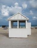 Hutte de plage de ciel bleu Photos libres de droits