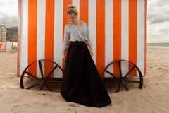 Hutte de sable du soleil de femme, De Panne, Belgique photographie stock