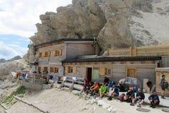 Hutte di Refugio della montagna nelle alpi Fotografie Stock Libere da Diritti