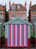 Hutte en bois colorée de plage sur le bord de mer dans soulevé, le Sussex, R-U photographie stock libre de droits