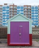 Hutte en bois colorée de plage sur le bord de mer dans soulevé, le Sussex, R-U photos libres de droits