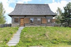 Hutte en bois dans le règlement de touristes Czorsztyn, Pologne Image libre de droits