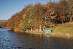 Hutte en bois de bateau de pêche dans le paysage d'automne Images stock