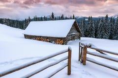 Hutte en bois de carlingue en hiver photos stock