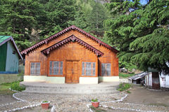 Hutte en bois de logarithme naturel avec la conception de cru dans Gangotri Inde Photos stock