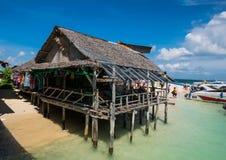 Hutte en bois pour que le touriste visite à l'île de NaI de Khai, Thaïlande Photographie stock libre de droits