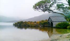 Hutte en bois sur le lac dove de brun photographie stock libre de droits