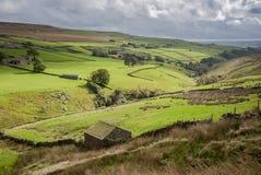 Hutte en pierre de berger de vallées de Yorkshire au-dessus de vallée Images stock
