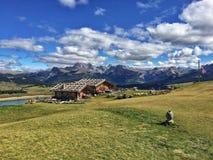 Hutte et montagnes chez Seiser Alm Photo stock