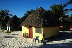 Hutte jaune de plage Photographie stock libre de droits
