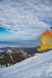 Hutte jaune en hiver photos stock