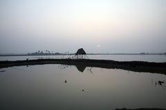 Hutte modeste de paille des pêcheurs indiens dans le Gange, Sunderband, Inde Image stock