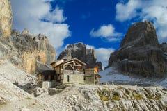 Hutte Rifugio Alimonta de montagne de refuge de Dolomiti di Brenta photo libre de droits