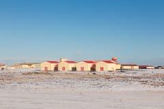 Hutte rouge en paysage d'hiver et ciel bleu d'espace libre Images stock