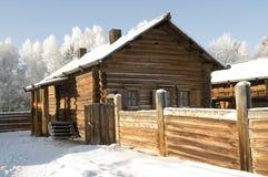 Hutte russe antique de logarithme naturel en hiver Images libres de droits