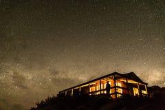 Hutte sous le ciel stary Image stock