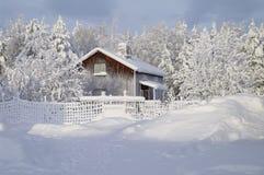 Hutte suédoise type en hiver images libres de droits