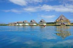 Hutte tropicale au-dessus de l'eau avec le toit couvert de chaume Panama Photo libre de droits