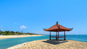 Hutte tropicale de plage au-dessus de l'eau Photographie stock libre de droits
