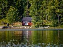 Hutte typique sur un lac en Suède Image libre de droits