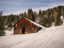 Hutte vide de rondin dans les Alpes suisses - 1 Photo libre de droits