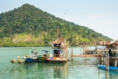 Hutten en vissersboot bij de pijler binnen bij vissersdorp Royalty-vrije Stock Foto