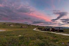 Hutten in landschap van Noorwegen tijdens zonsondergang stock afbeeldingen
